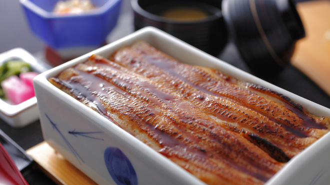 まめたぬき - 料理写真:まめたぬきの名物料理【穴子の陶箱飯】は、陶器の箱ごと、穴子とご飯を蒸し焼きにするので、とても柔らくスプーンでも切れるほどフワフワです。お米にもこだわりがあり広島県の北部にある契約農家から直送しています【桑田米】を使っています。名物料理を是非、味わって下さい。穴子の陶箱飯(小鉢・吸物・香の物付)