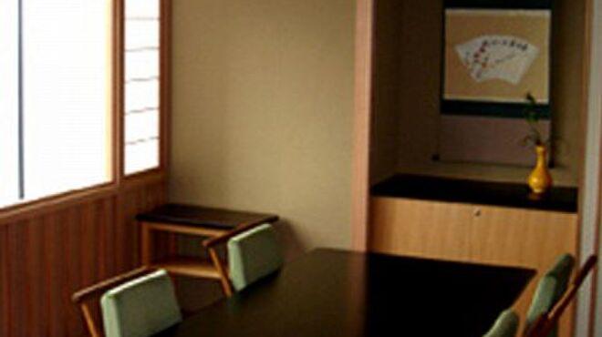 京都 吉兆 - 内観写真:個室の洋室では、眺望の素敵なお部屋で椅子に座って会席料理をお楽しみいただけます。