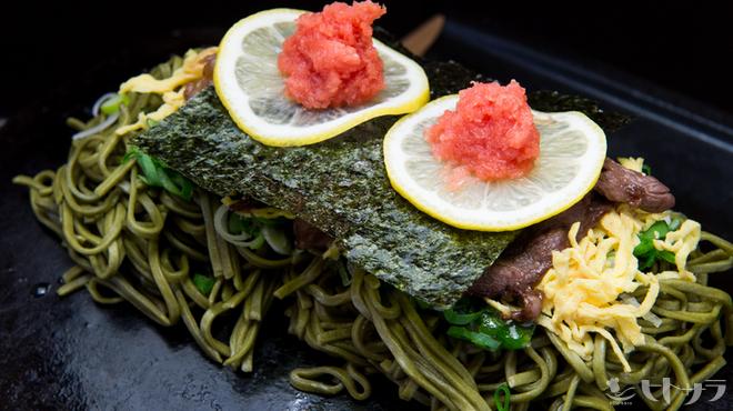 長州屋 - 料理写真:山口県を代表する下関発祥の郷土料理。熱した瓦に茶そばと具がのったユニークな料理です。