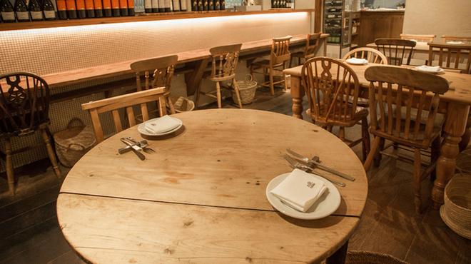 nR table - 内観写真:イギリスのアンティーク家具の可愛い丸テーブル