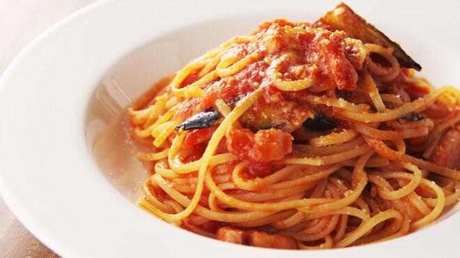 ピッツェリア ポンテチェントロ - 料理写真:茄子とベーコンのトマトソースで和えたリングイネ 1,420円