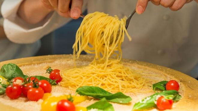 武藏 - 料理写真:ゆでたてのつるつるパスタを、中心をくりぬいたパルメザンチーズの器へ。たっぷり絡めてコクを出しています。