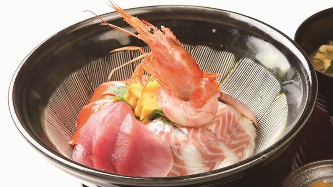天ぷら海鮮 五福 - 料理写真:名物!海鮮丼。日替わりで旬の鮮魚もたっぷりと。