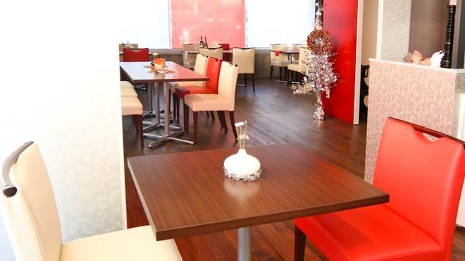 euro dining claret - 内観写真:ゆったりとしたスペースにインテリアを配置。