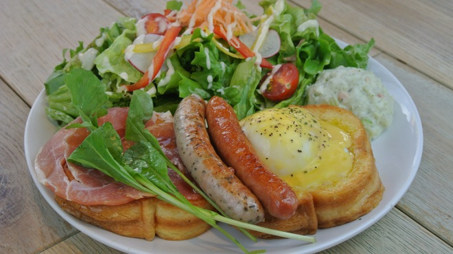 ihana cafe - 料理写真:生ハムとソーセージのエッグベネディクト1330円