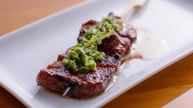 焼鳥 Ajito - 料理写真:厚切り牛タンネギソース串
