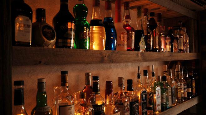 mols - 内観写真:酒瓶にはバックライトがよく似合います