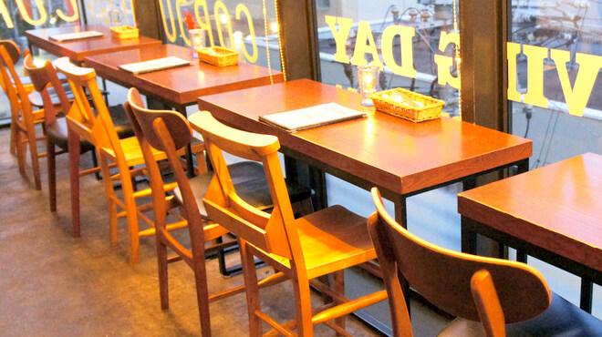 コーデュロイカフェ - 内観写真:窓側の2名席