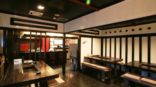 ジンギスカン 十鉄 - 内観写真:黒と白を基調とした落ち着いた店内