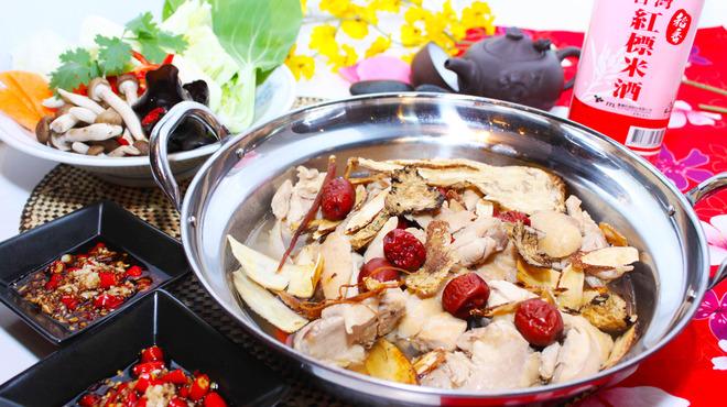 台湾担仔麺 - 料理写真:台湾【焼酎鶏】体ポカポカ焼酎鍋です!冷え性によく美肌効果も!?