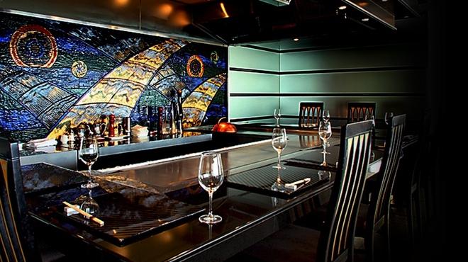鉄板焼レストラン オーク - 内観写真:五感で感じる鉄板前のカウンター席。