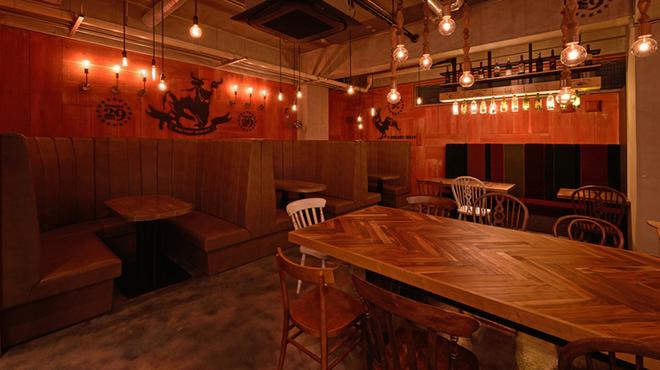 琉球料理といまいゆ しんか/肉バル&ダイニングヤンバルミート - 内観写真:ヤンバルミート の店内中央