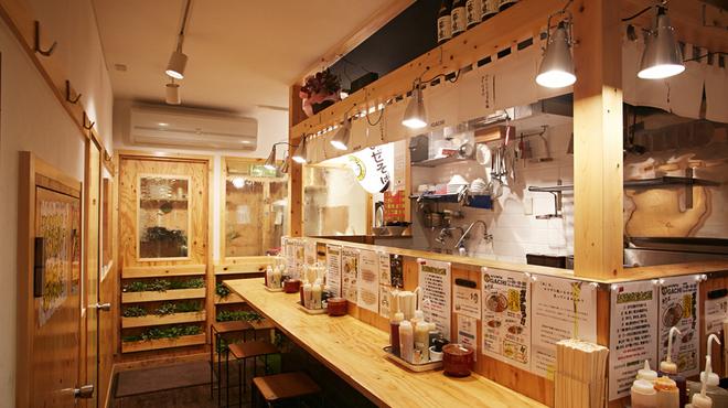 GACHI - 外観写真:製麺室と隣接する店内