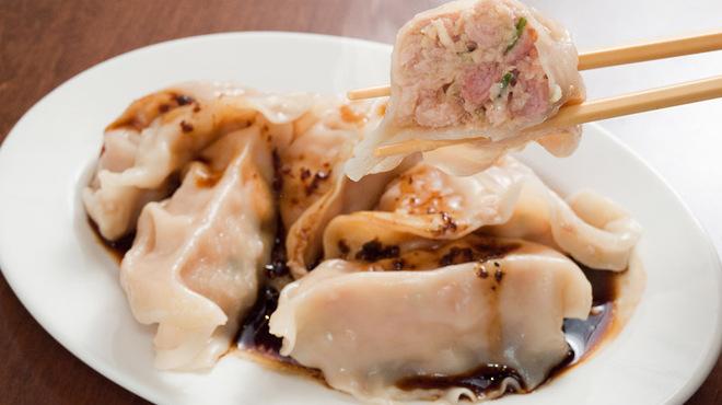 KITCHEN TACHIKICHI - 料理写真:モチモチ食感の水餃子。黒酢ベースに香りの花山椒の黒ダレがばっちり!5個500円込