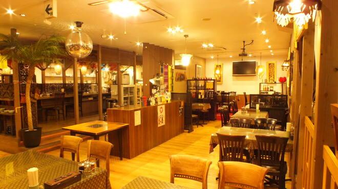 スクンビット ソイ55 - 内観写真:広々とした店内で各種パーティーやウェデイングも