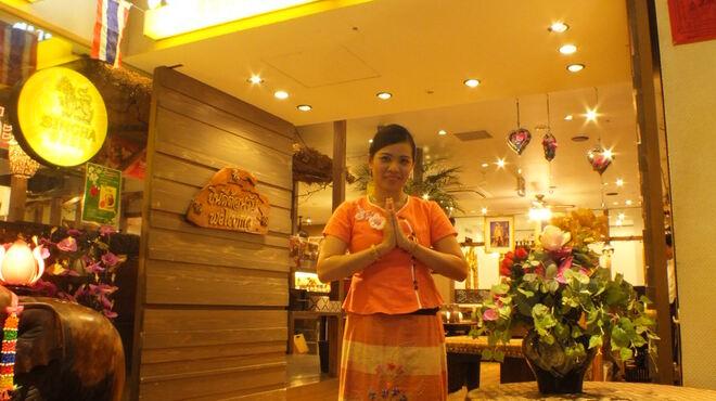 スクンビット ソイ55 - 外観写真:タイ美人がお出迎え