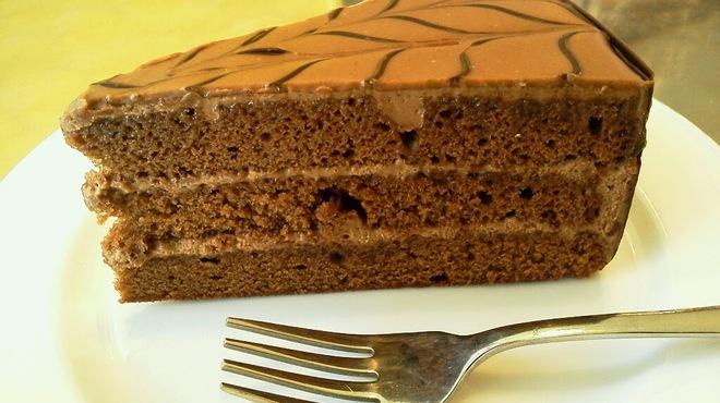 ドイツ菓子レーゲンス - 料理写真:ヘーゼルナッツの風味のするチョコレートケーキです。