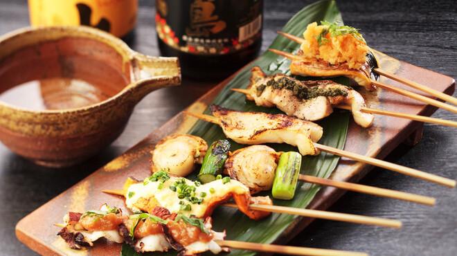 魚や 六蔵 - 料理写真:【炉端焼き】日本各地から水揚げされた新鮮鮮魚を炉端で豪快に焼きます。