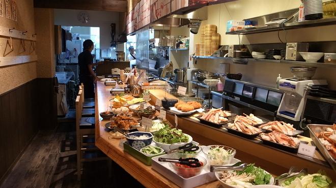 蟹奉行 - 料理写真:カニだけじゃなく揚げたての天ぷらや、色とりどりの一品メニューも。