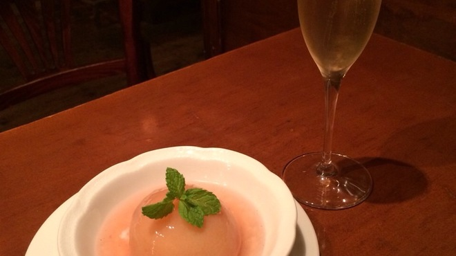 ル・リオン - 料理写真:今年も桃のコンポートをご用意致しました。 今回はヨーグルトのソルベの上に 香辛料でスパイシーに仕上げた桃のコンポートをのせてジュレをかけてお作りしています。 Champagneと合わせて召し上がっていただくのもおすすめです!