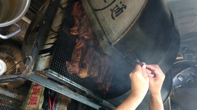 拉通 - 外観写真:名物!ドラム缶で燻すチャーシューは絶品です。