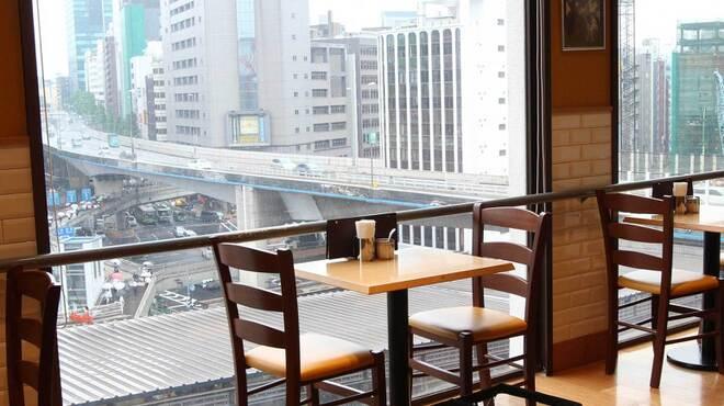 カフェ クッチーナ&カンパニー - 内観写真:眺めの良い窓側席