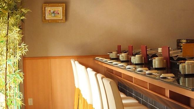 鮨處八千代 - 内観写真:明るいカウンター