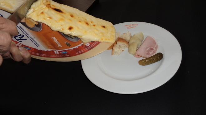ア・ヴォートル・サンテ・エンドー - 料理写真:秋冬限定の焼いたチーズを絡めて食べるラクレットチーズ