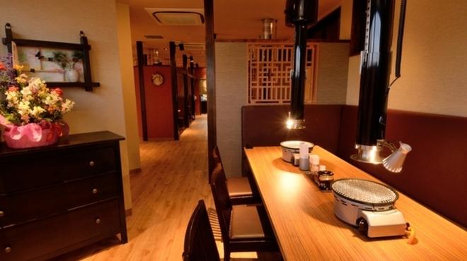 焼肉家ごんたか - 内観写真:VIP席としても使えるスタイリッシュな半個室でゆっくりと食事を