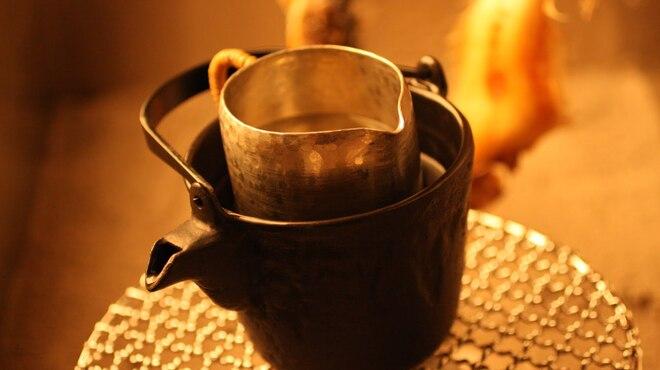 囲炉裏料理と日本酒スローフード 方舟 - ドリンク写真:囲炉裏でじわじわ温める熱燗は絶品。