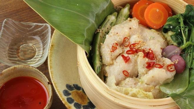 暮ラシノ呑処 オオイリヤ - 料理写真:やんばる地鶏の蒸籠蒸し