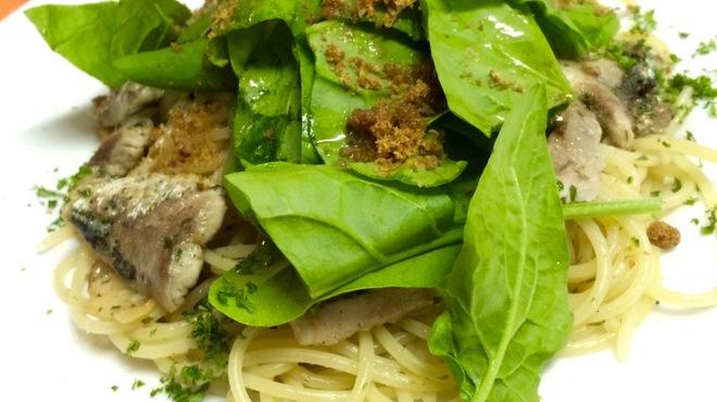 マガッヅィーノ - 料理写真:秋刀魚と自家栽培サラダホウレン草のペペロンチーノ仕立て カラスミがけ