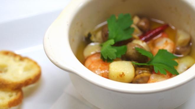 カフェ・ア・ラ・ティエンヌ - 料理写真:魚介と木の子のアヒージョ