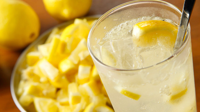 牛タン べこ串 - ドリンク写真:自家製塩レモンサワー
