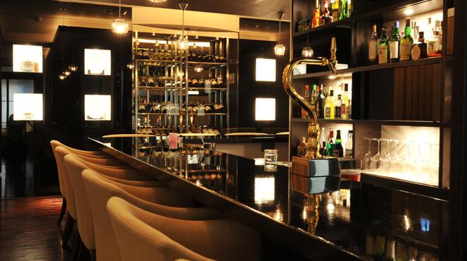 Bar Hitomi - 内観写真:重厚なL字型のバーカウンター