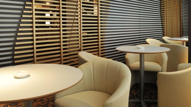 Bar Hitomi - 内観写真:ミーティング等様々なシーンで使えるテーブル席