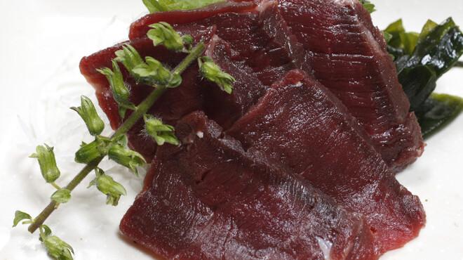 鳥園 - 料理写真:【クジラ刺し】創業以来続けている鯨料理の人気の一品です。