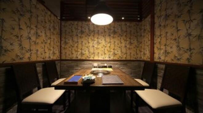鐵 - 内観写真:全室個室の焼肉スペースは様々なシーンに対応します。