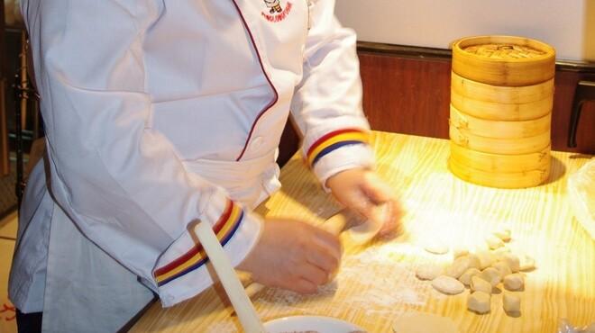 上海小籠包 厨房 阿杏 - 料理写真:熟練の点心師が注文後に作る熱々上海小籠包
