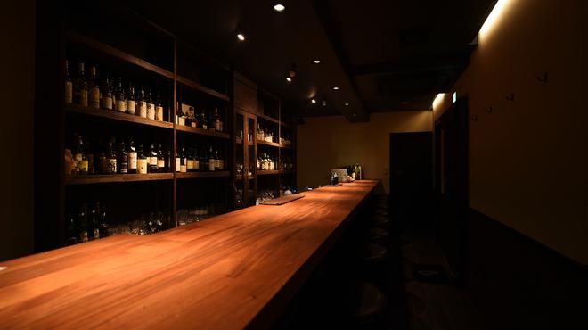 Bar OBA - 内観写真:温かみのあるカウンターです