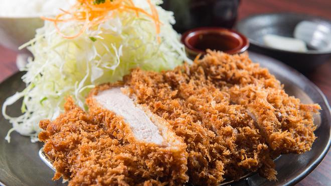 とんかつ・豚肉料理 こぶたや - 料理写真:ボリュームに自身あり!6種から選べるランチ限定の定食は600円。ライス、みそ汁、おしんこ付き。