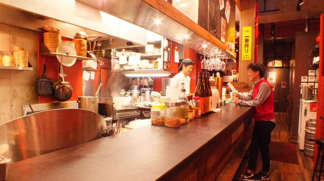 幸福粥店 - 内観写真:立ち飲みカウンターでサク飲みも!