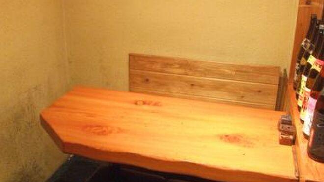 たか鳥 - 内観写真:店内奥に1つだけある3~6名用テーブル席。気の合う仲間とワイワイどうぞ!