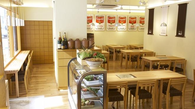 mus - 内観写真:木目で統一された店内。入口には野菜がいっぱい入った冷蔵ショーケース
