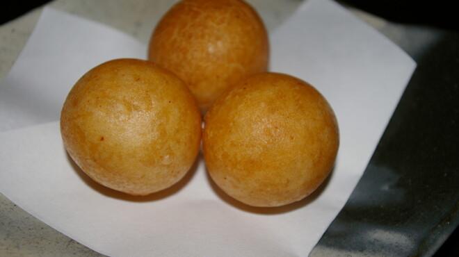 AJITO - 料理写真:変り種★甘めのお餅の中にギョーザの具がぎっしり。変わりギョウザ球(3個)   460円