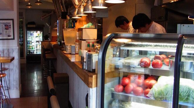 E・A・T - 内観写真:店に入るとまず今朝仕入れた新鮮な野菜たちが迎えます