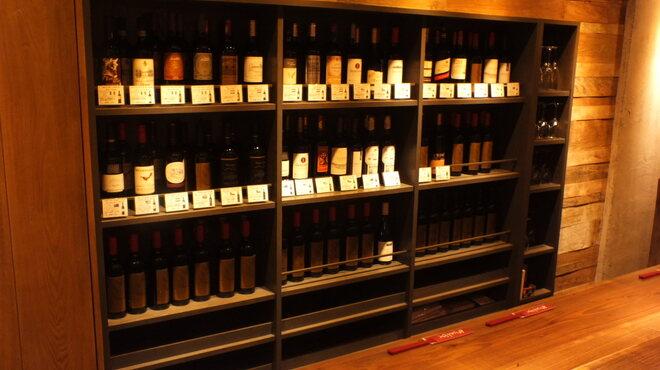 めっけもん - ドリンク写真:40種類以上、赤ワインの棚