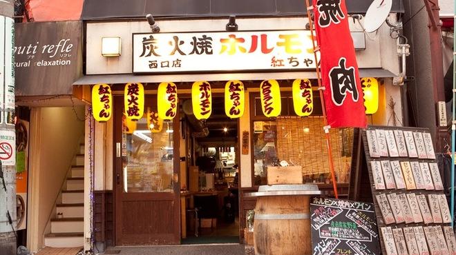 オカン焼肉 紅ちゃん - 外観写真:店頭にある、大きな樽が目印!