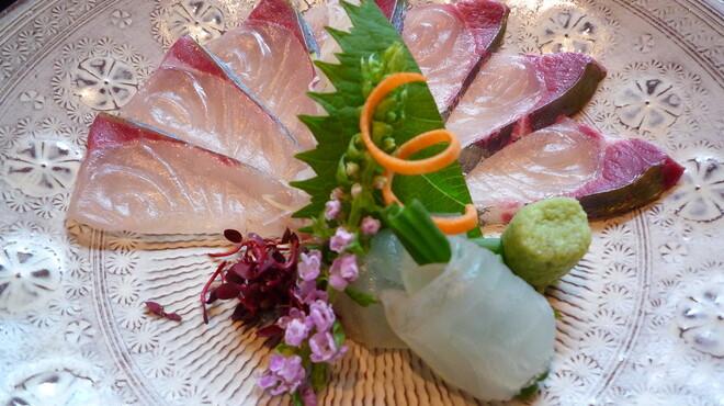 小の半 - 料理写真:葉月 会席 地金目鯛としまあじの御造り