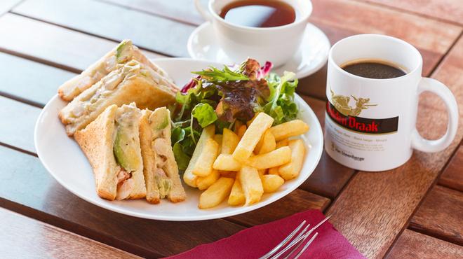 ベルギービール カフェ ベル・オーブ - 料理写真:海老とアボカドとフレッシュトマトのホットサンドイッチ